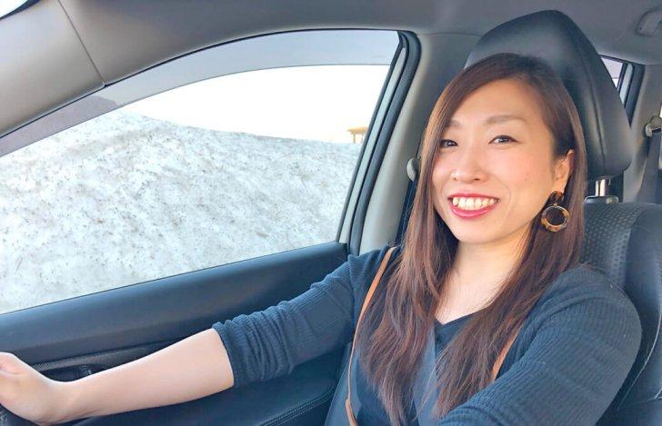 笑顔で運転中の成田奈緒美さん