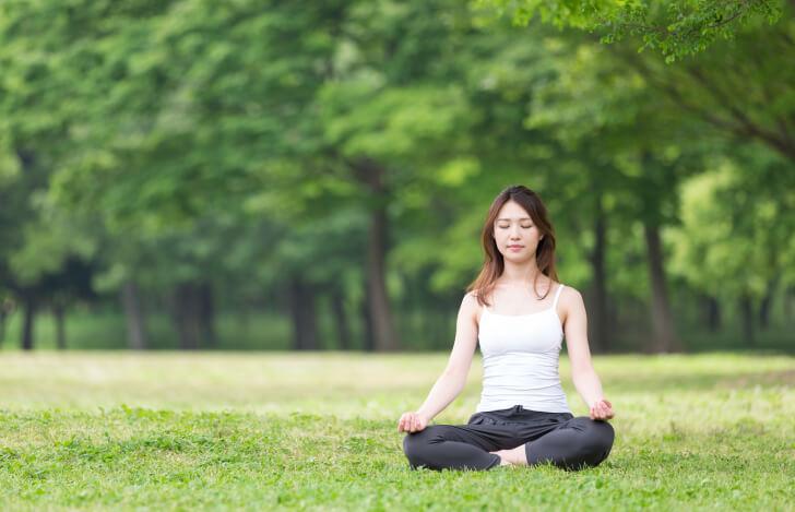 公園で安楽座で座る女性