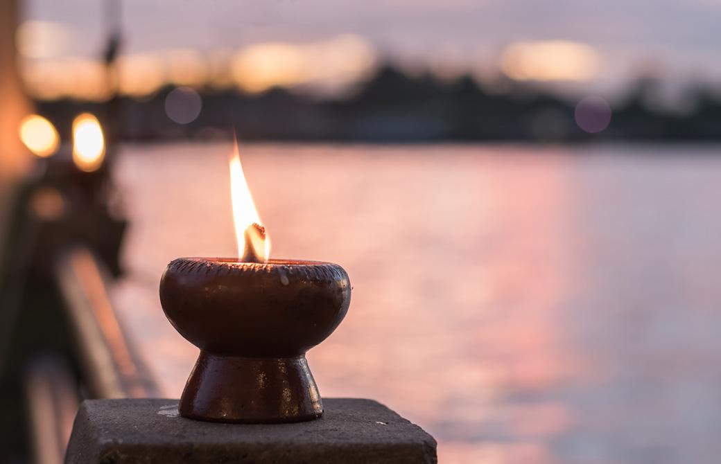 川辺で灯っているキャンドル
