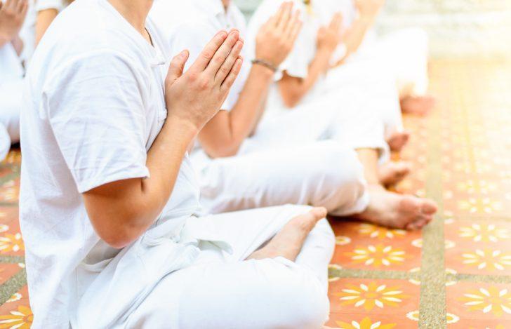 チェンマイの寺院で瞑想をする人たち