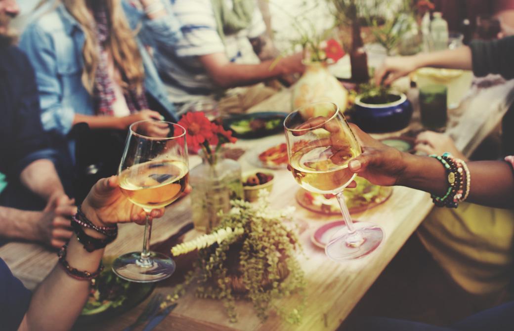 パーティーテーブルでグラスを合わせるふたり