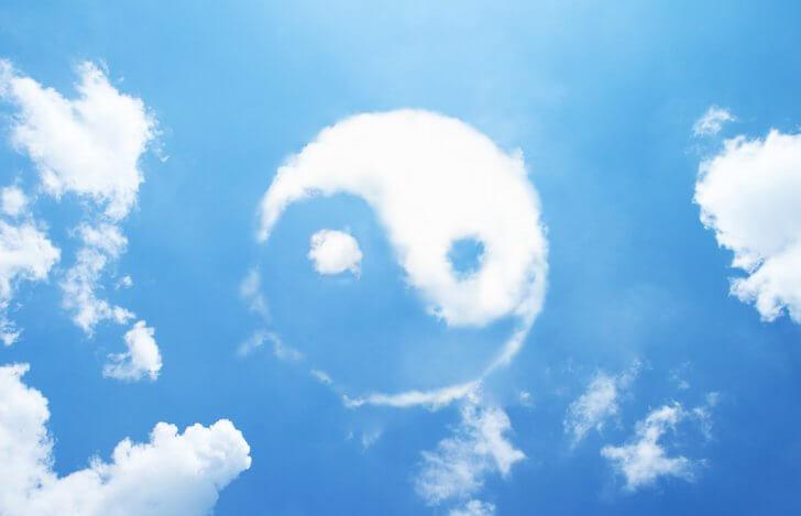 陰陽模様の雲と青空
