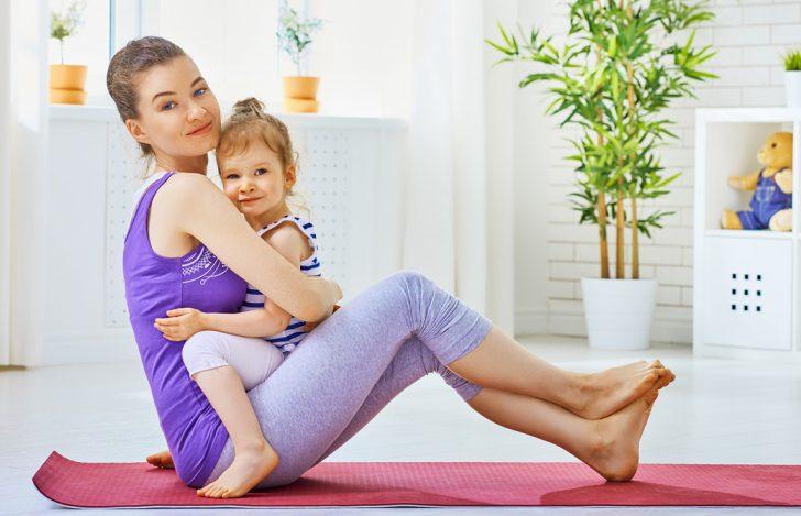 ママに抱っこされながら一緒にヨガをしている母娘