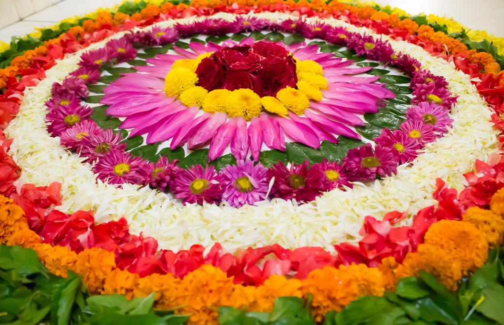寺院に供えられたたくさんの花