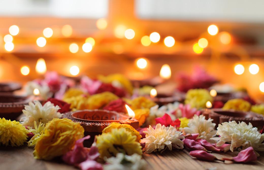 花とキャンドルが飾られた祭壇