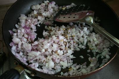 香りが出てきたら、玉ねぎを入れてきつね色になるまでじっくり炒めます。