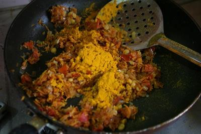 ターメリック、クミンシード、チリパウダーを入れてよく混ざるよう炒め合わせます。