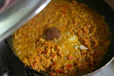 水を1カップ加え(分量外)鍋の真ん中に麦味噌を載せ蓋をし、弱火に調整し約15分間煮こみます。