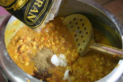 塩・胡椒、醤油、ガラムマサラで味をととのえます。