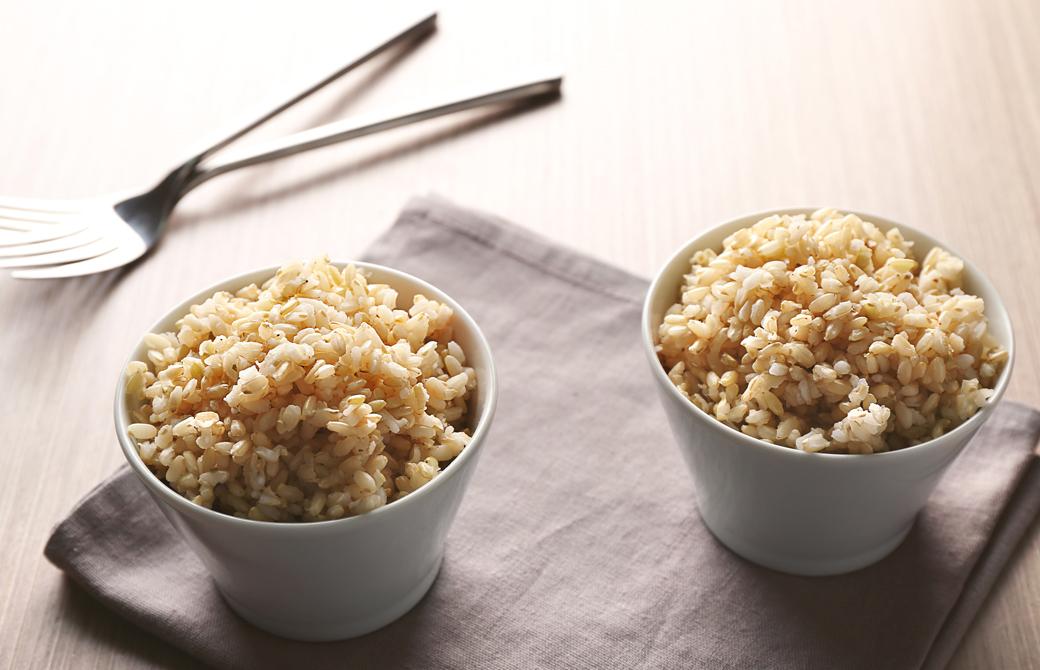 ふたつの茶碗に盛られた玄米とスプーンとナプキン
