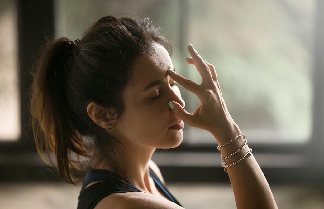 片鼻呼吸法をしている女性