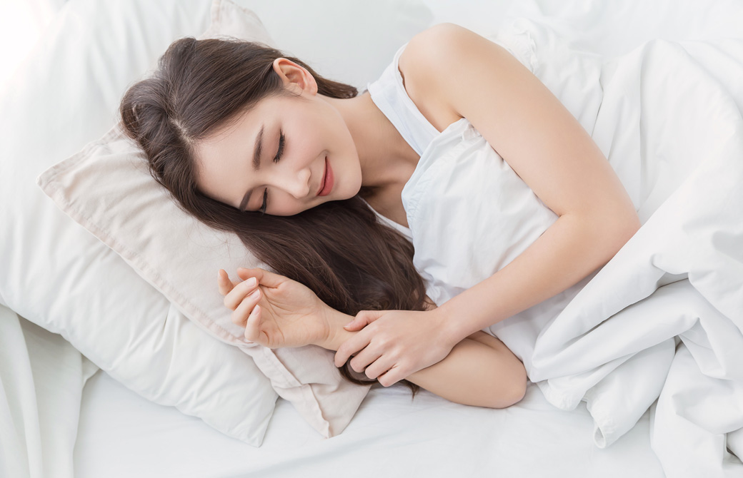 女性が横になって寝ている
