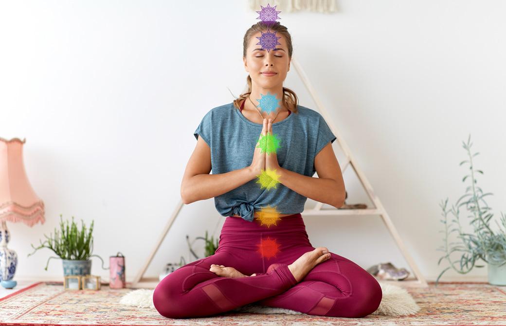 7つのチャクラが表現された女性が瞑想している