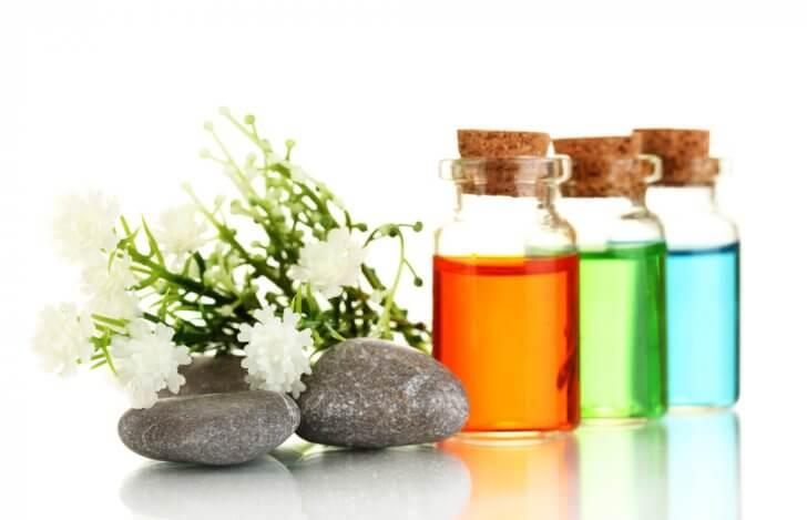 カラーセラピーのボトルと石と花