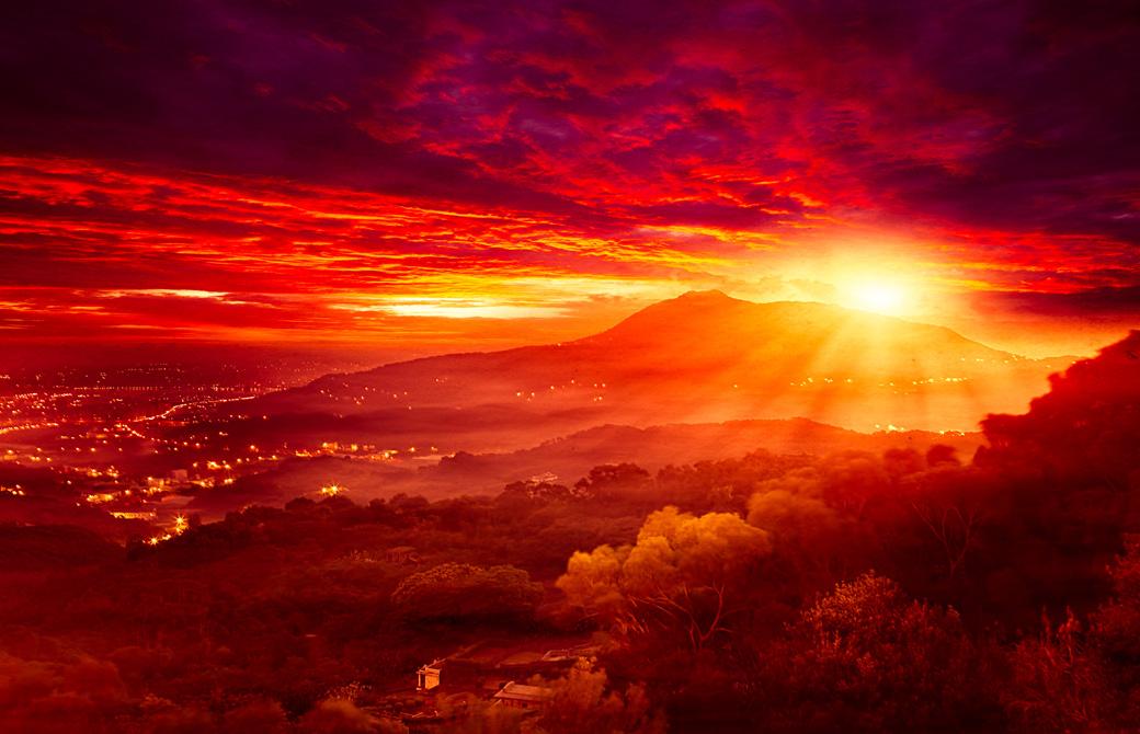 赤いサンセットに照らされた山からの景色
