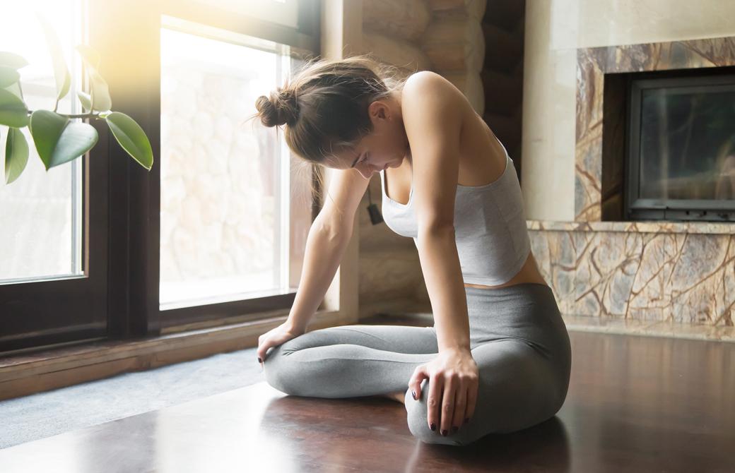 女性が部屋で腹式呼吸の練習をしているところ