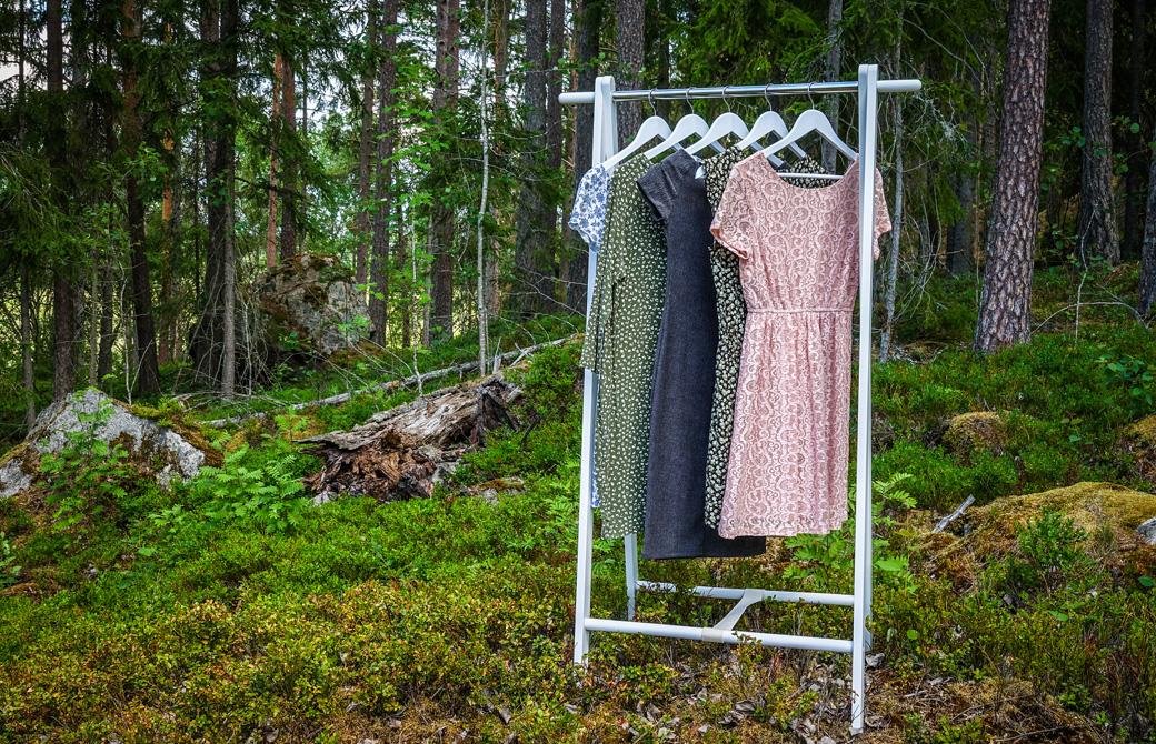 森林に置かれた洋服ハンガーにかけられたワンピース