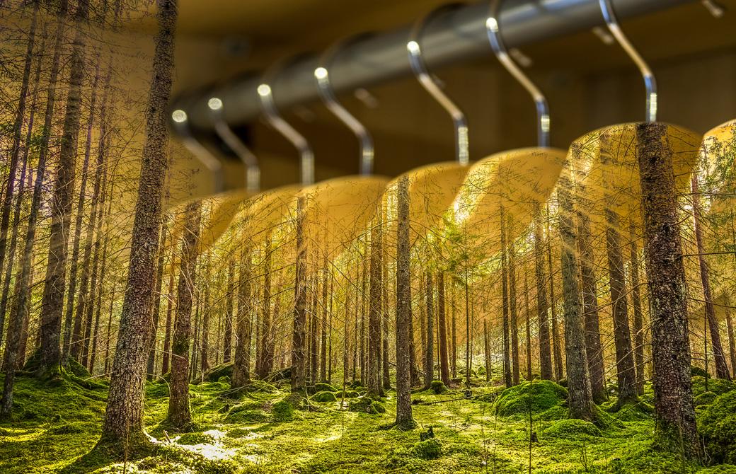 森林と洋服ハンガーが組合わさったデザイン