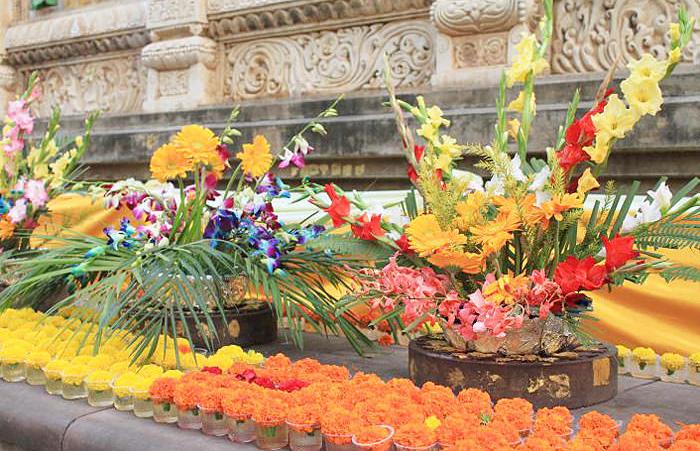 インドの祭壇に並んだカラフルな花などのお供えもの