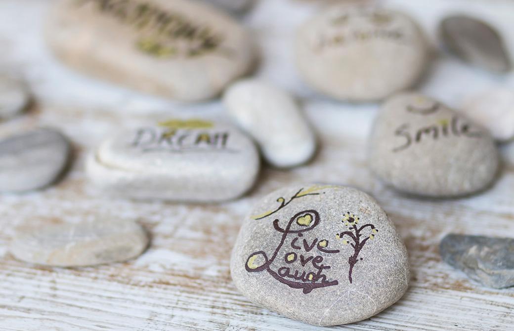 並べられた英語のメッセージが書かれた石