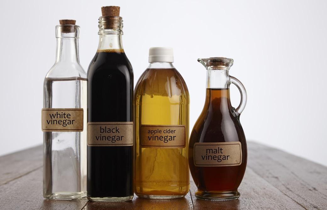 様々な種類の酢の入った瓶