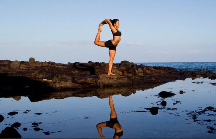 ヨーコ・フジワラがハワイの海岸でヨガをしている