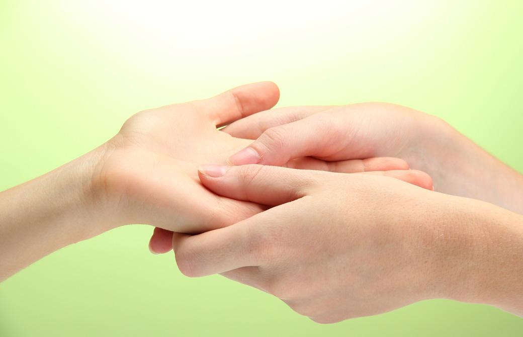 手の中央にあるマルマポイントを押している