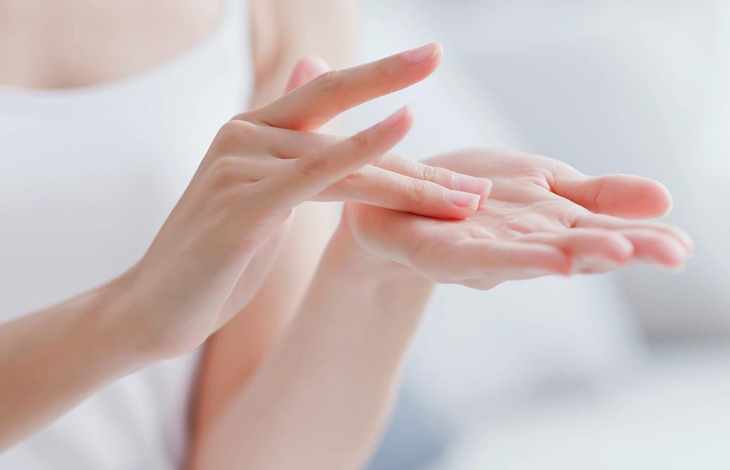 ハンドケアをしている女性の手