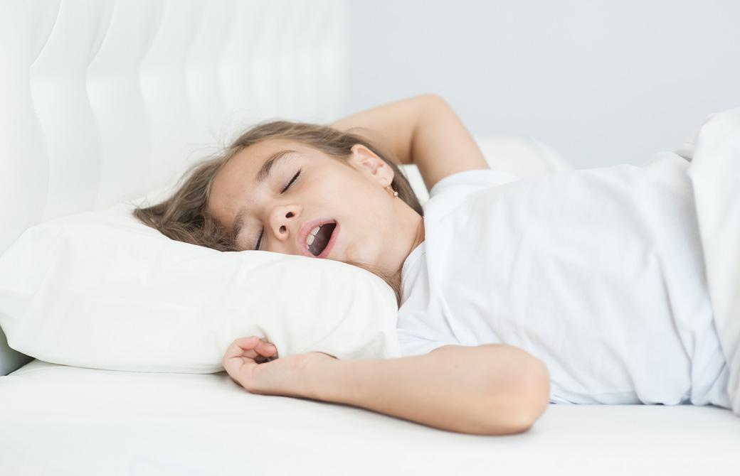 ぽかんと口を開けて寝ている子ども