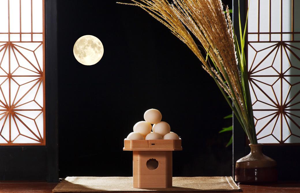 縁側から見る満月とススキと月見団子