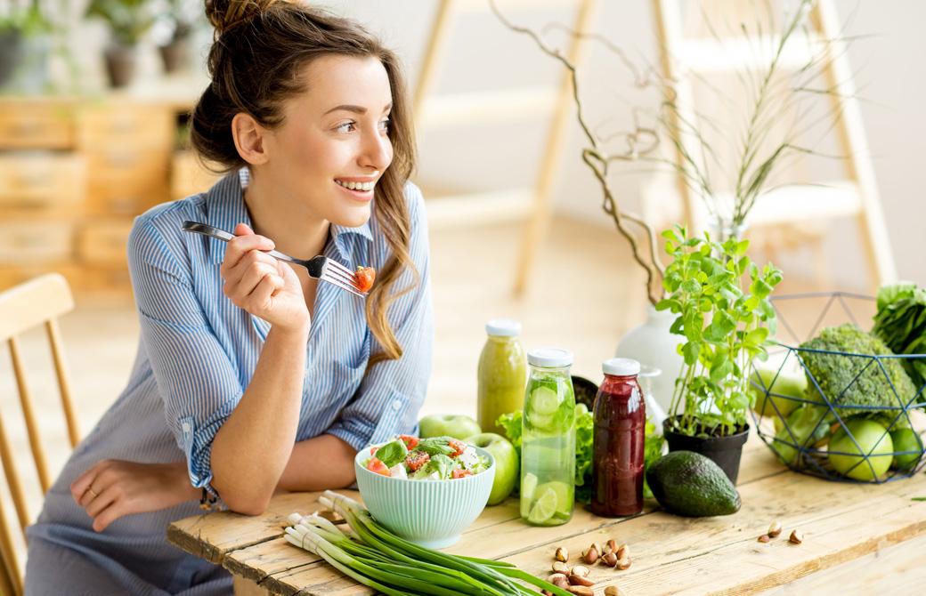 楽しそうにサラダを食べている女性