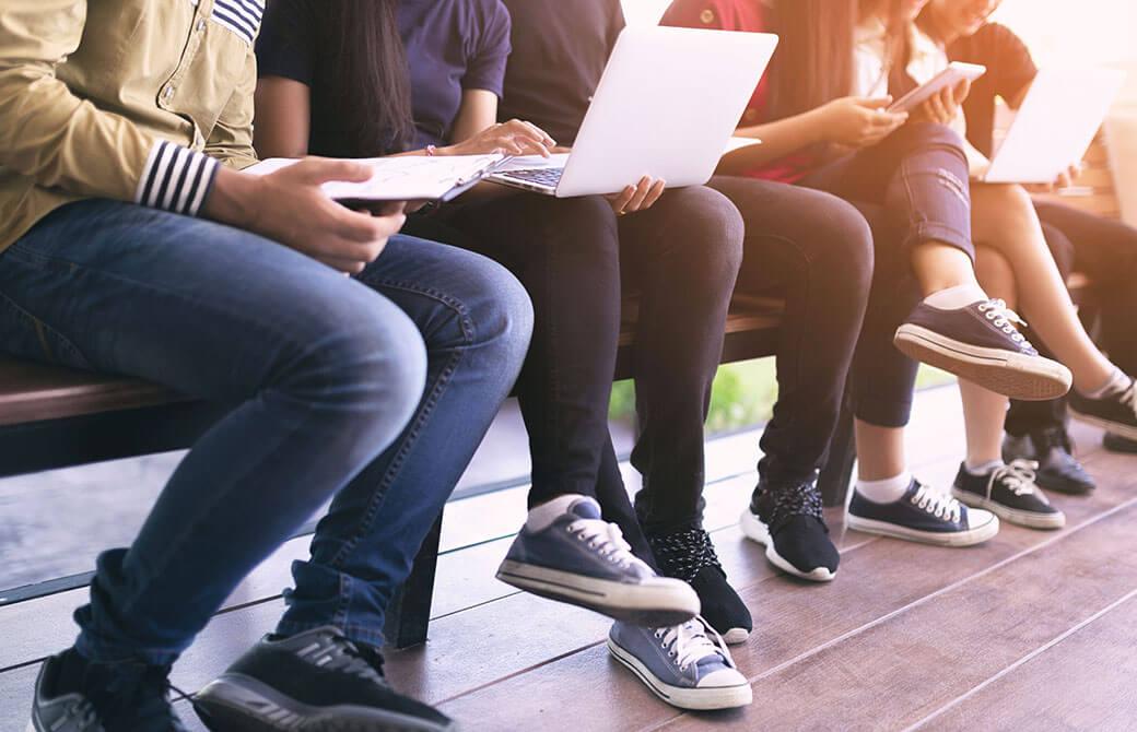 ベンチに座る人たちの足元