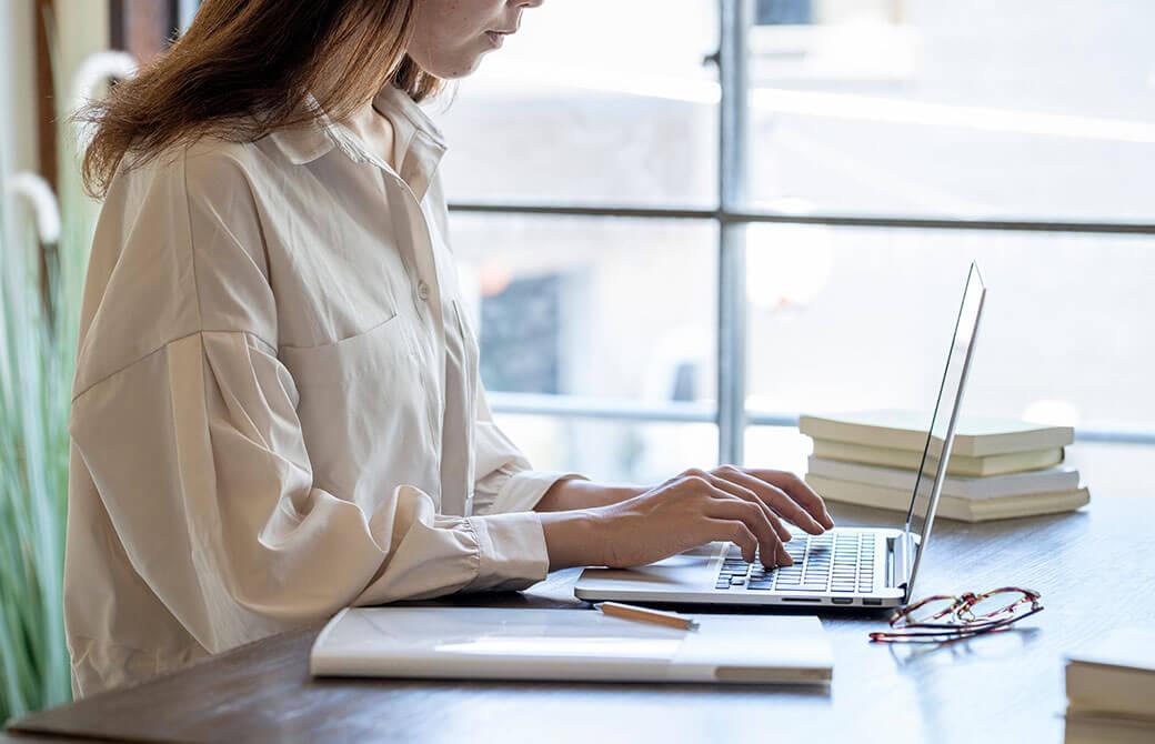 PC作業をしている女性