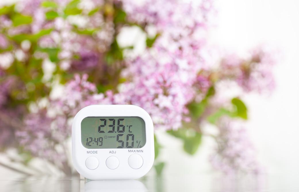 花をバックにした湿度温度計