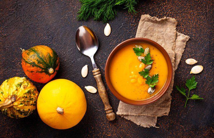 かぼちゃのスープと丸ごとのかぼちゃ