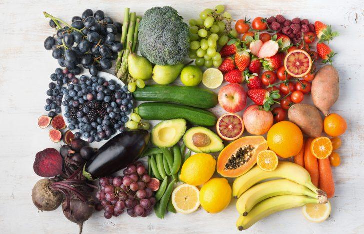 たくさんのフルーツや野菜が並んでいる様子