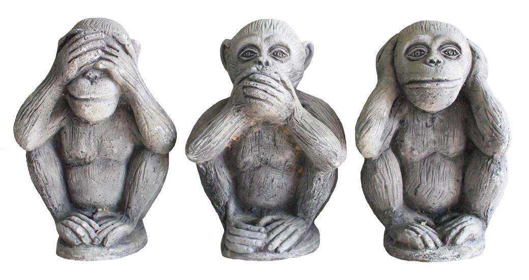 見ざる言わざる聞かざるの仕草をする猿の置物