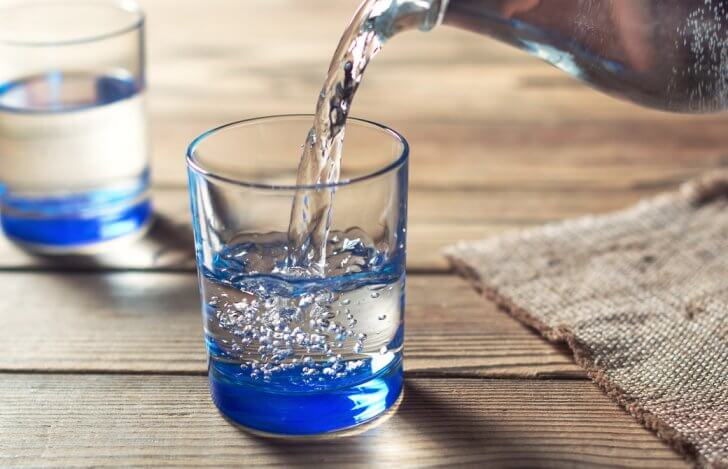 綺麗なグラスに注がれている水