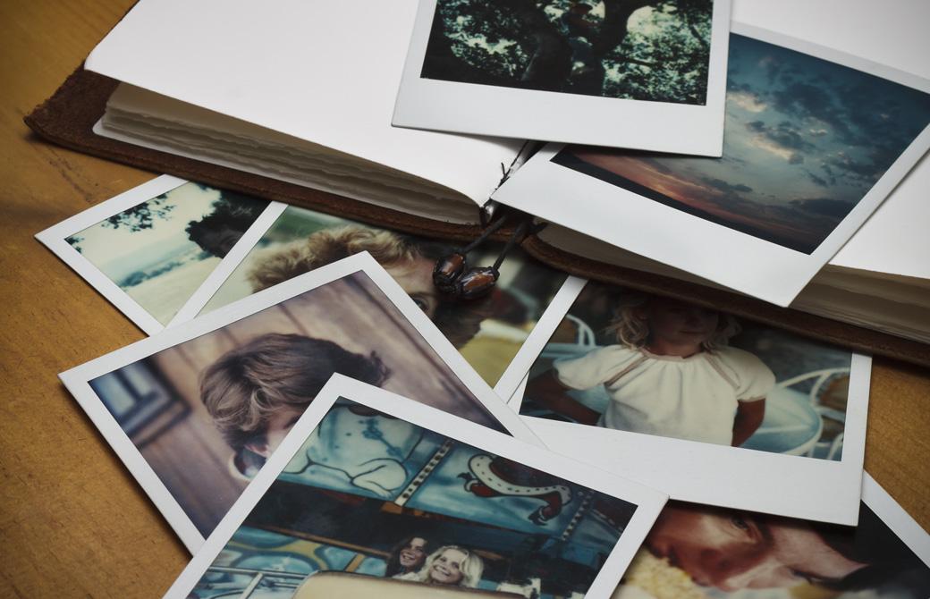 ポラロイドカメラの写真とノート