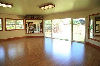 自宅横の空き地スペースを使って建てられたスタジオ。