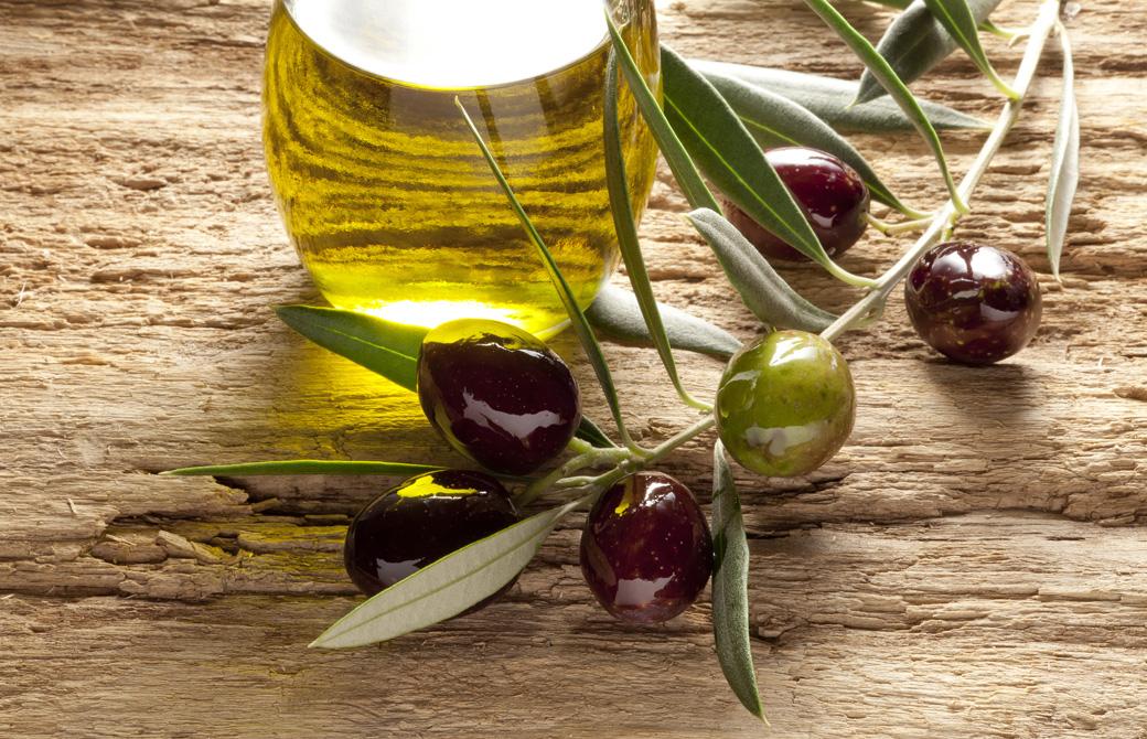 オリーブオイルとオリーブの実と葉