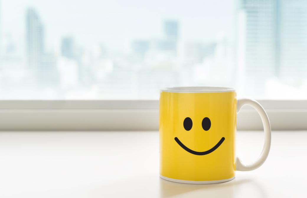 ニコちゃんマークの黄色いマグカップ