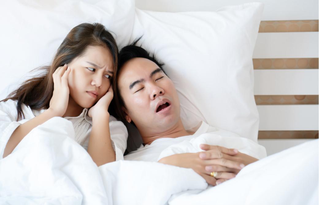 いびきをかく男性に困惑している女性