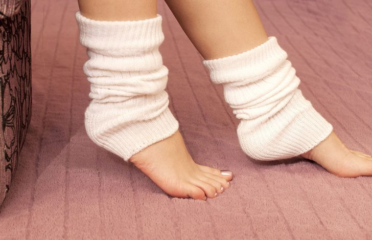 白いレッグウォーマーを履いた女性の足
