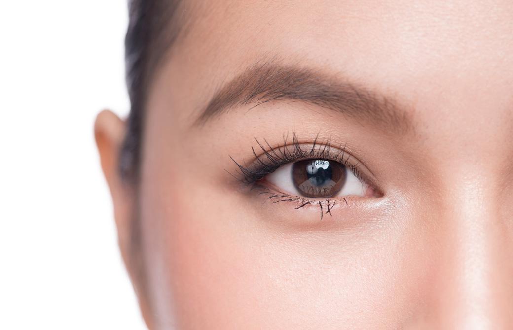 女性の片目