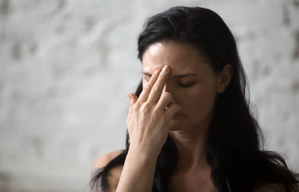 シータリー呼吸法をしている女性
