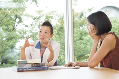 話す高尾美穂先生と聞くサントーシマ香先生