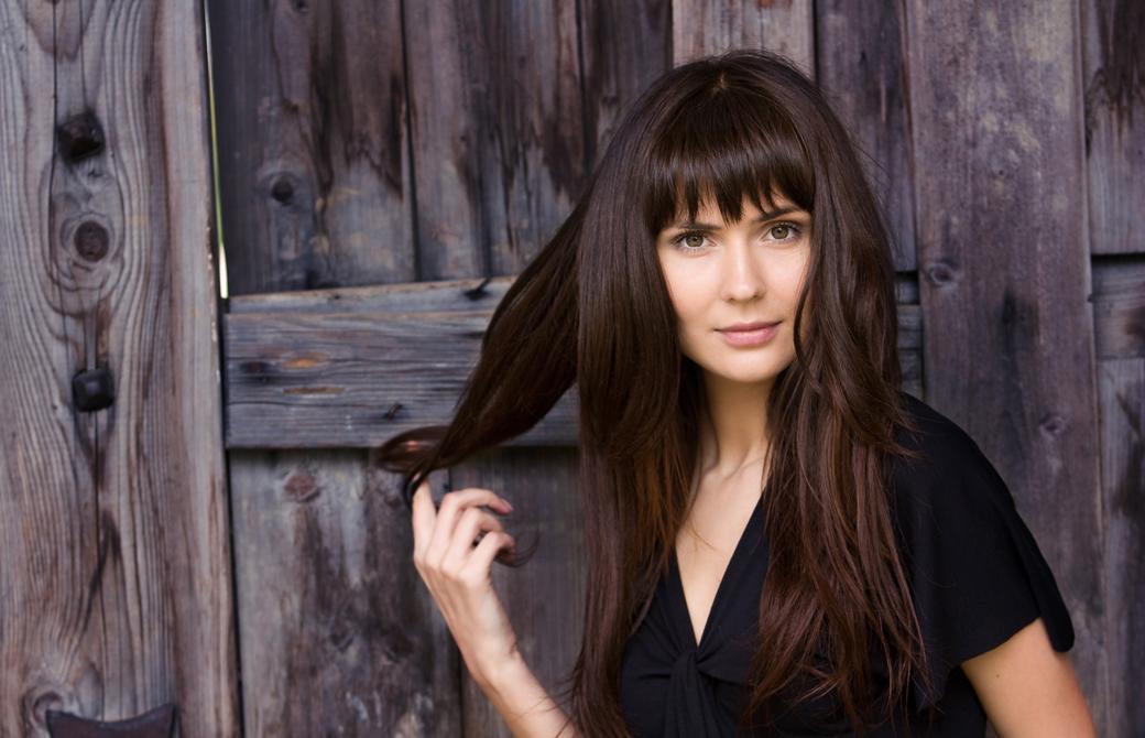 前髪を揃えているロングヘアーの女性