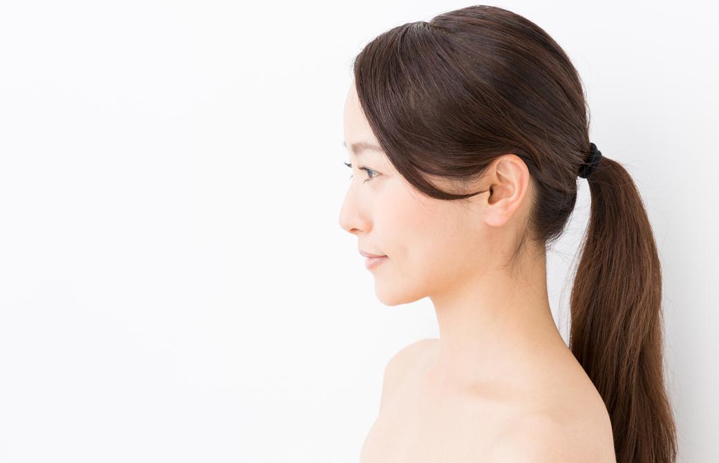 髪を後ろでひとつにまとめている女性の横顔