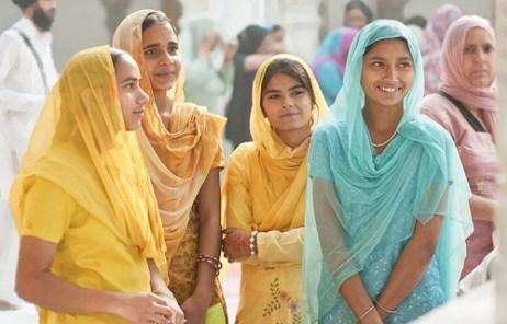 インドでサリーをまとったインド人の女性たち